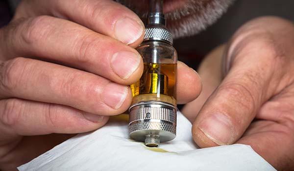 3 : Souffler doucement dans le clearomiseur pour faire sortir le liquide